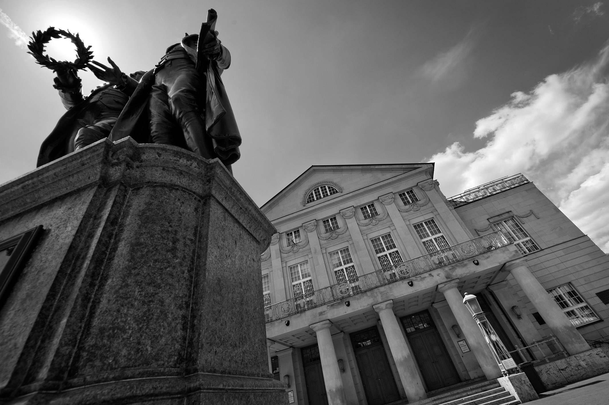 Außenansicht des Deutschen Nationaltheaters Weimar mit Goethe-Schiller-Denkmal