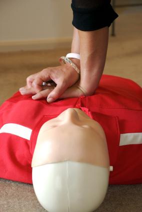 Herzdruckmassage an einer Puppe