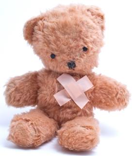 Teddy mit Pflaster über dem Herzen