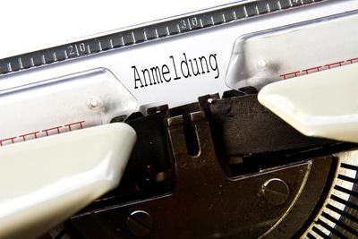 """Schreibmaschine schreibt den Text """"Anmeldung"""""""