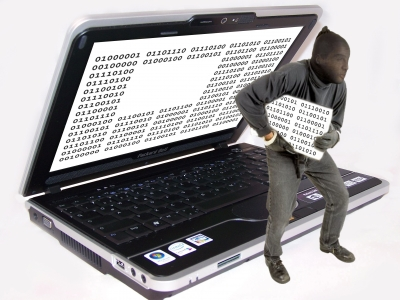 Datenklau - Maskierter Mann raubt Datenblock aus Laptop