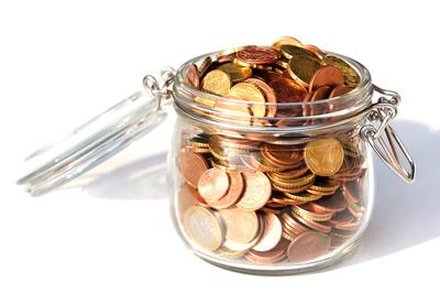 Ein Glasgefäß voller Geldstücke