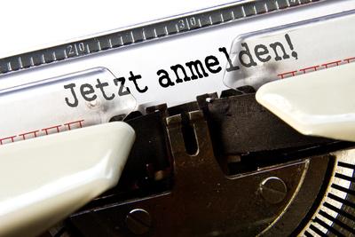 """Schreibmaschine schreibt den Text """"Jetzt anmelden"""""""