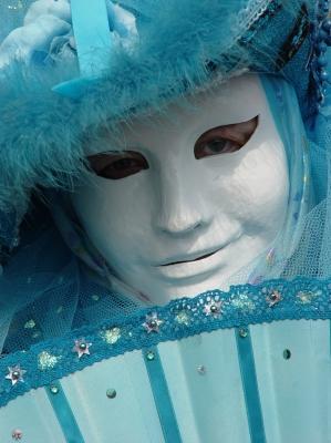 Phantasievolle Maske iin Türkis
