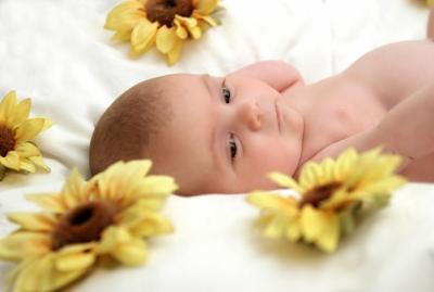 Baby von Sonnenblumen umgeben