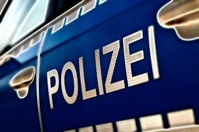 Ausschnitt der Tür eines Polizeiautos