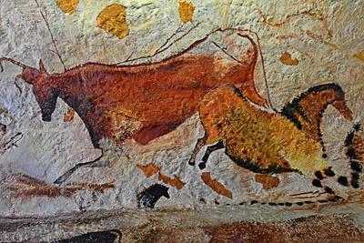 Steinzeitliche Wandmalerei mit Tieren